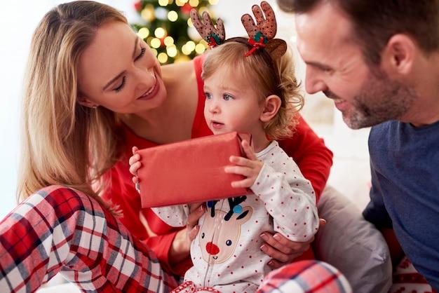 침대에서 부모와 함께 크리스마스 선물 열기