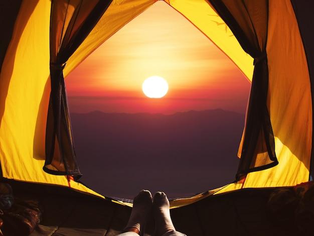 Открытие палатки кемпинга на рассвете