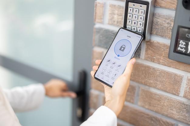 Открытие двери с помощью смартфона и клавиатуры на стене