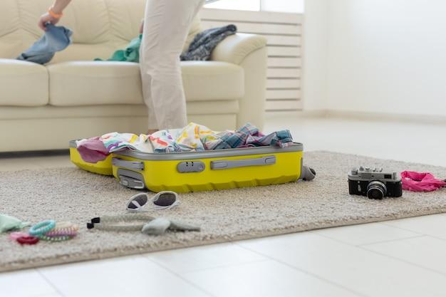Открытие чемодана, лежащего на полу