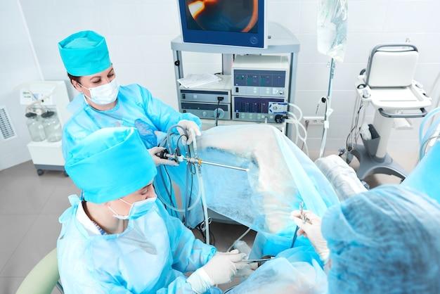 病院で進行中の手術