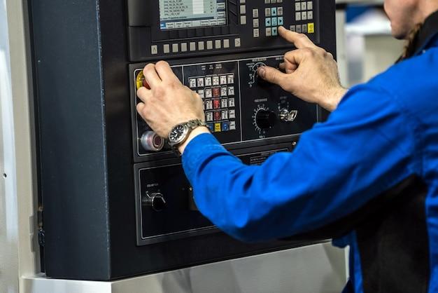 Оператор руки на жк-экране станка с чпу