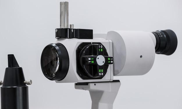 眼科用顕微鏡。眼科病院の最新の医療機器。医学の概念