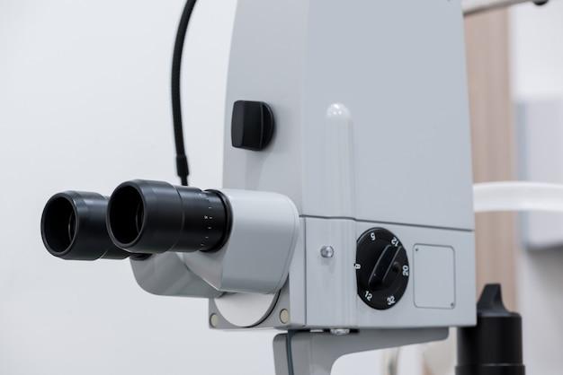 Офтальмологический микроскоп. современное медицинское оборудование в глазной больнице. концепция медицины