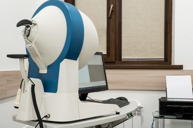 眼科スキャナー。眼科病院の最新の医療機器。医学の概念