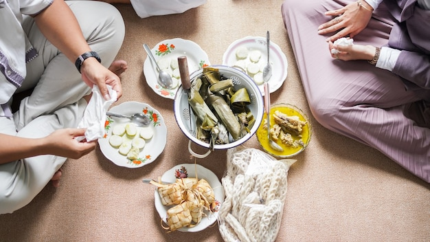Idul fitri를위한 opor 및 ketupat 인도네시아 음식