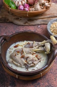 Опор айам или курица с белым карри традиционная индонезийская кухня