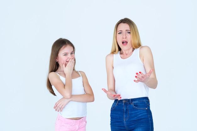 엄마와 아이 딸의 반대 반응. 어머니는 놀라고 혼란스러워하고 아이는 웃고 있습니다.