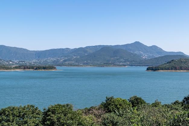 湖の反対側は山、空は青、湖の水は青