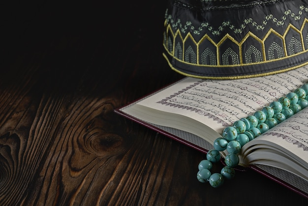 イスラム教徒のためのロザリオビーズとコピアの帽子とオプレンイスラム本コーラン