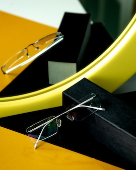 Оптические очки на столе