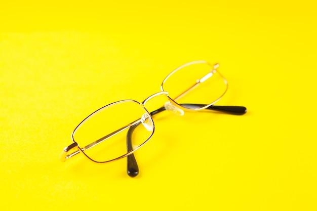 黄色いシーンの光学メガネ