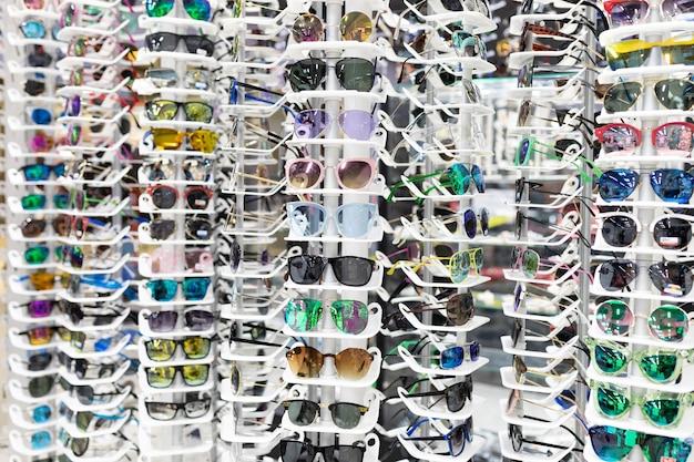 Витрина оптики с очками для зрения с большим выбором оправ