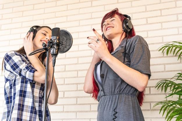 音楽を聴く楽観的な女性歌手