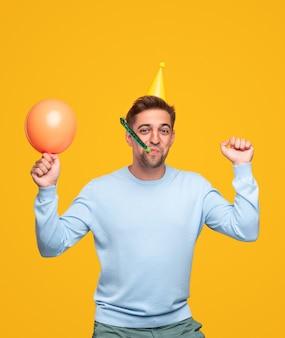 Оптимистичный молодой человек празднует день рождения