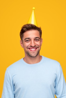 Оптимистичный молодой человек в партийной шляпе