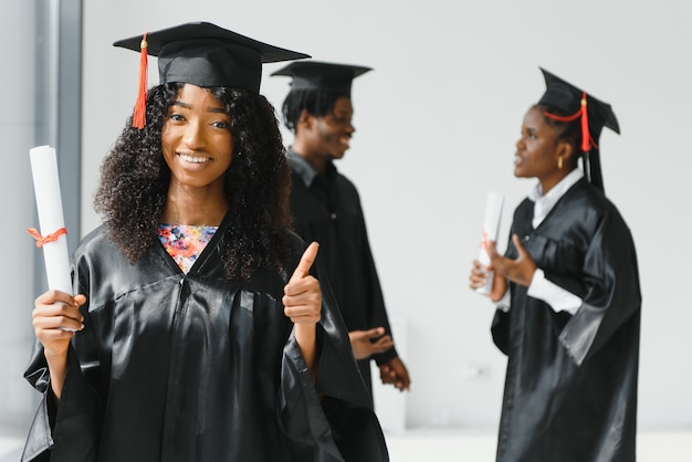 Оптимистичные молодые выпускники вузов на выпуске