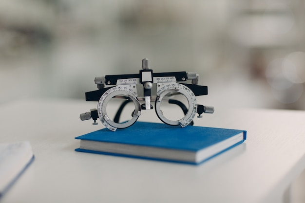 Оптометрист-диоптр в салоне оптики.