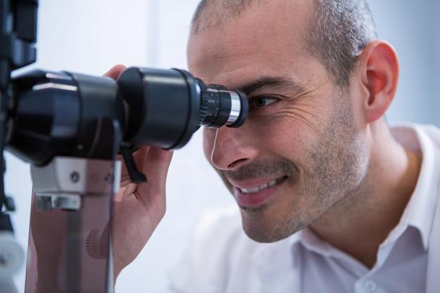 Окулист смотрит в биомикроскоп
