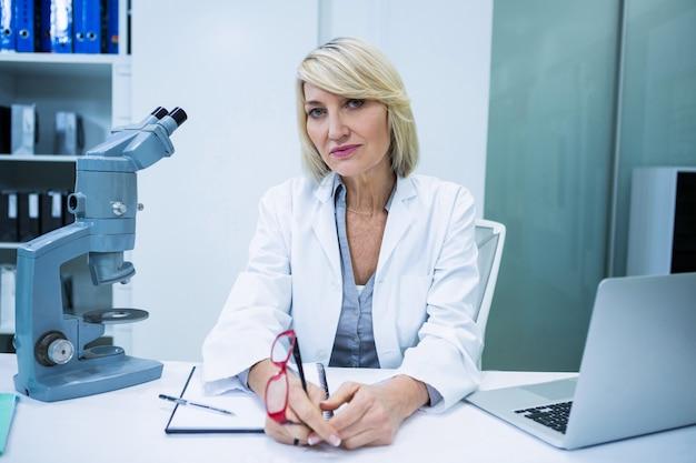 Окулист сидит в офтальмологической клинике
