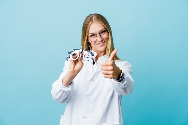 親指を立てる検眼医の女性