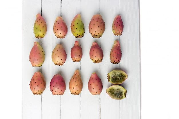 白い背景の上のopuntiaフィカスインディカサボテンの果実