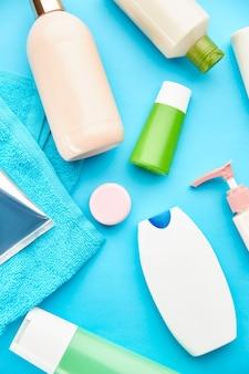 구강 및 피부 관리 제품. 아침 건강 관리 절차 개념, 치아 관리, 칫솔 및 치약, 브러시 및 크림