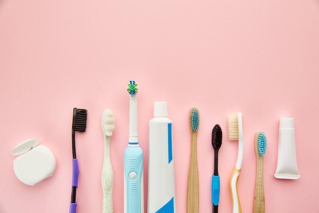 Средства по уходу за полостью рта. концепция утренних медицинских процедур, уход за зубами, различные зубные щетки и зубная паста, щетка и крем в бутылке