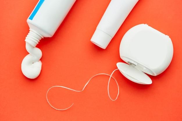 구강 관리 제품. 아침 건강 관리 절차 개념, 치아 관리, 치약 튜브 및 치실
