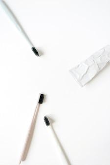 Средства по уходу за полостью рта: зубные щетки, зубная паста на белом фоне