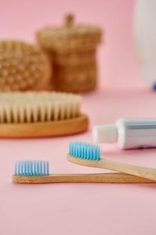 구강 관리 제품, 칫솔 2 개, 치약. 아침 건강 관리 절차 개념, 치아 관리