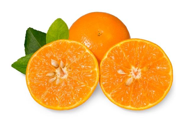 Изолят плодов апельсина. апельсин с листьями, изолированными на белом.