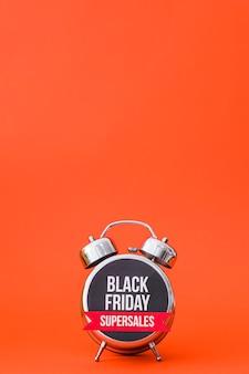 黒金曜日のオレンジ色の目覚まし時計のコンセプト