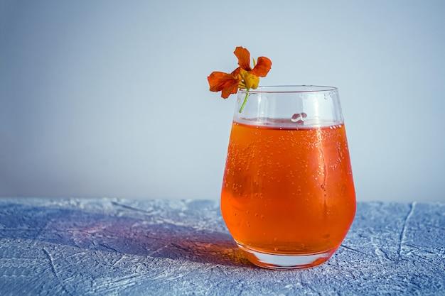 オレンジ色のアルコールカクテルaperol