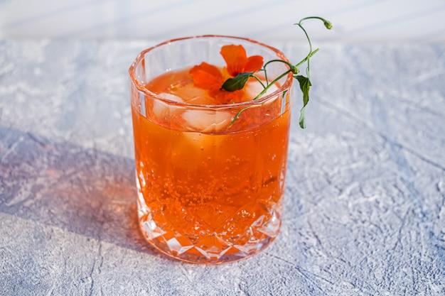オレンジ色のアルコールカクテル、アペロール