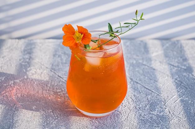 Апельсиновый алкогольный коктейль с виски, ликером и цедрой апельсина
