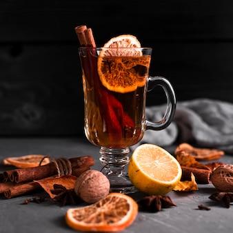 Апельсиновый и коричный чай с черным фоном