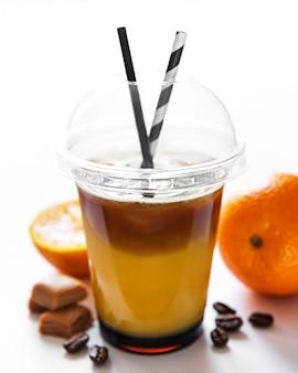 흰색 표면에 오렌지와 커피 칵테일