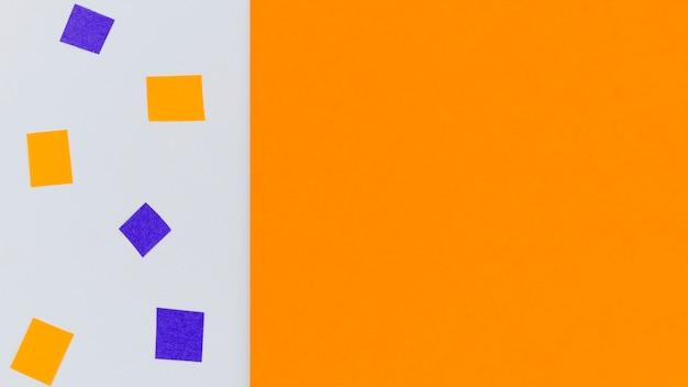 コピースペースでオレンジと紫の紙吹雪