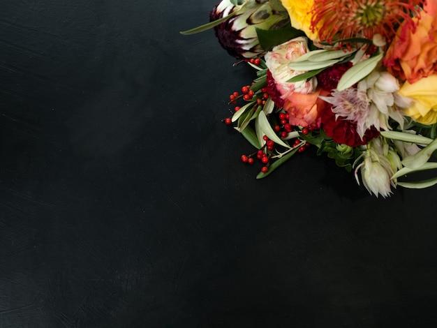 오렌지와 붉은을 꽃과 열매는 어두운 배경에. 깊은 감정과 상쾌함의 상징. copyspace 개념