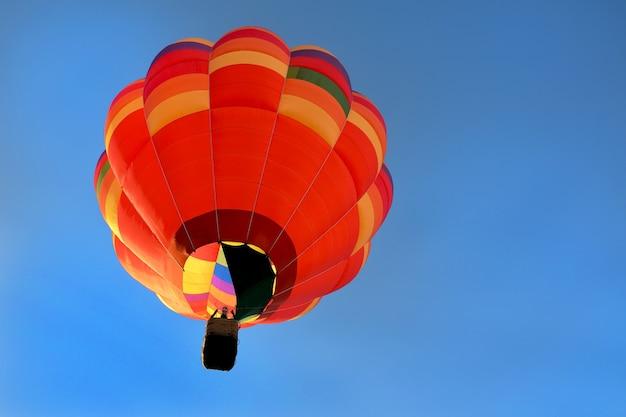 Вид на оранжевый воздушный шар снизу