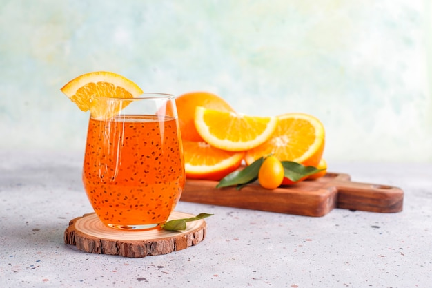 오렌지 바질 씨앗 음료.