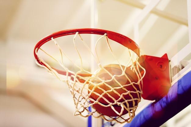 농구 골대에 날아가는 주황색 농구 공