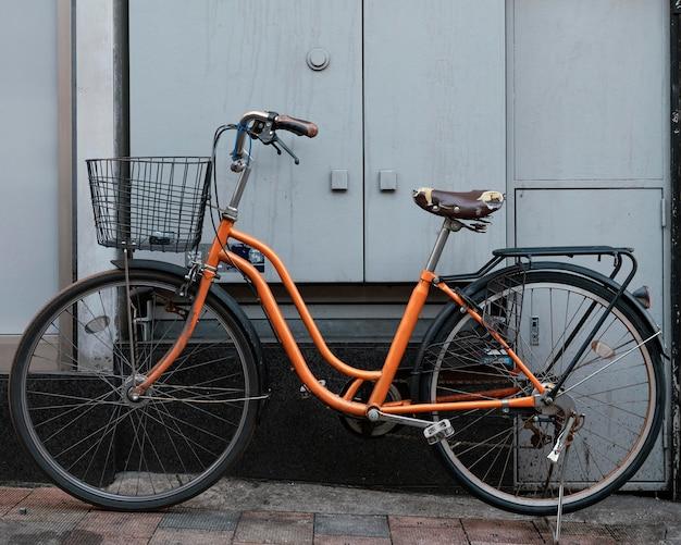 Оранжевый велосипед с корзиной