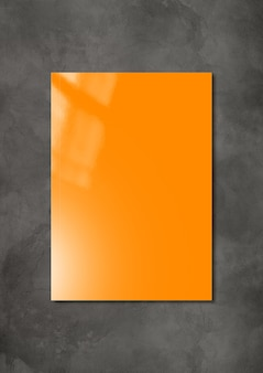 Оранжевая обложка буклета изолирована на темном бетонном фоне, шаблон макета