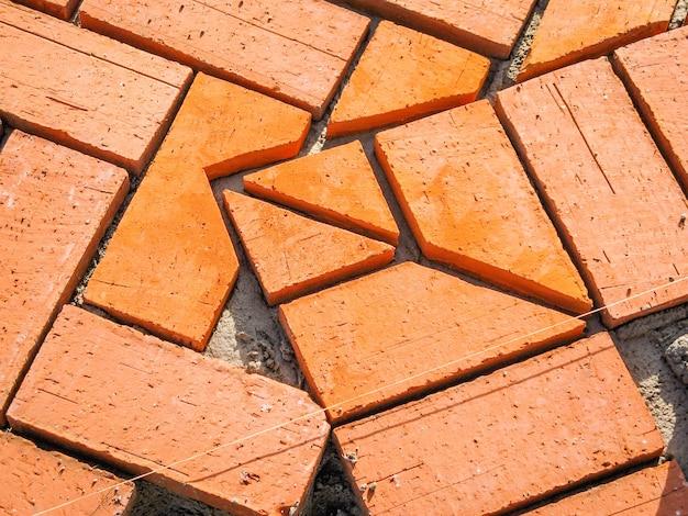 Брусчатка из оранжевого кирпича в процессе строительства