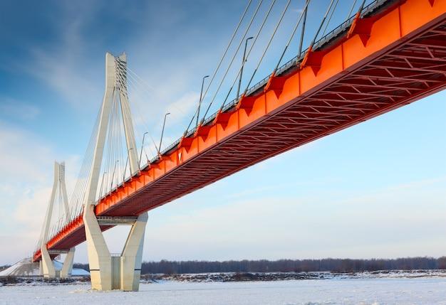 空のオレンジ色の橋