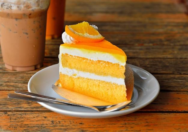 Апельсиновый торт и холодный кокос на дереве