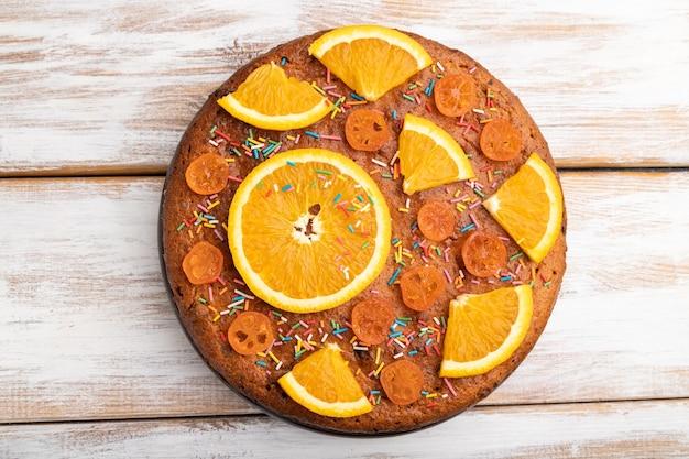 白い木の上のオレンジ色のケーキ