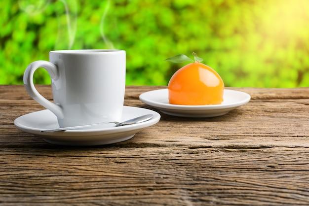 オレンジ色のケーキ、木製、テーブル